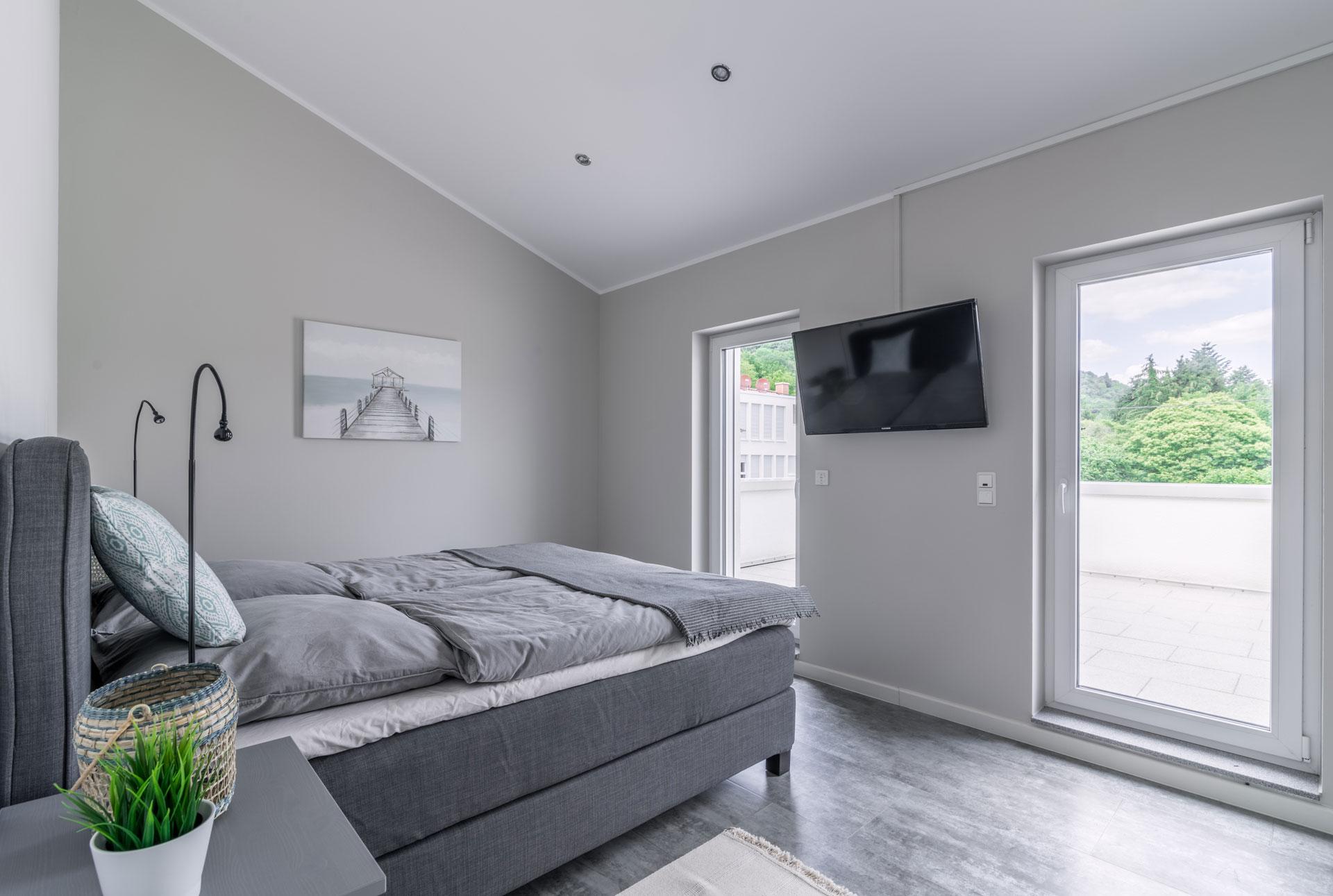 PlusFewo-Penthouse-Trier-Ferienwohnung-Schlafzimmer1